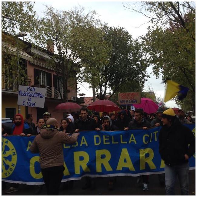 Carrara scende in piazza e marcia contro Zubbani e la giunta comunale
