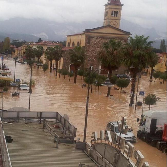 Maltempo: la provincia apuana è sott'acqua, il Carrione ha rotto gli argini