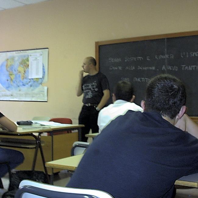 Professore umilia e picchia ragazzo in classe: 'essere gay è una brutta malattia'