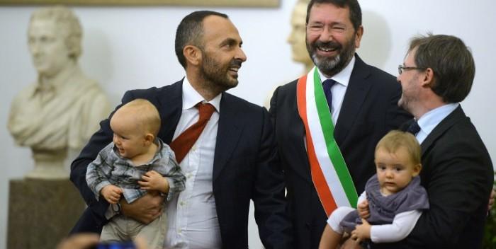 Unioni gay, Marino rifiuta l'annullamento delle trascrizioni imposto dal prefetto