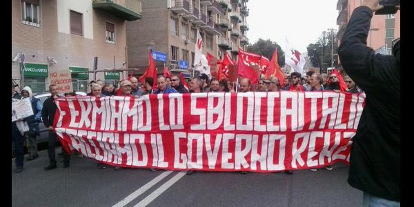 Incidenti a Bagnoli nel corteo contro lo Sblocca Italia. Feriti tra manifestanti e poliziotti.