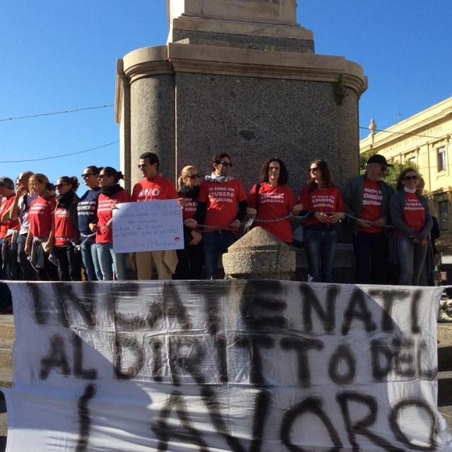 Lavoratori incatenati al lavoro: ennesima protesta degli esuberi Meridiana