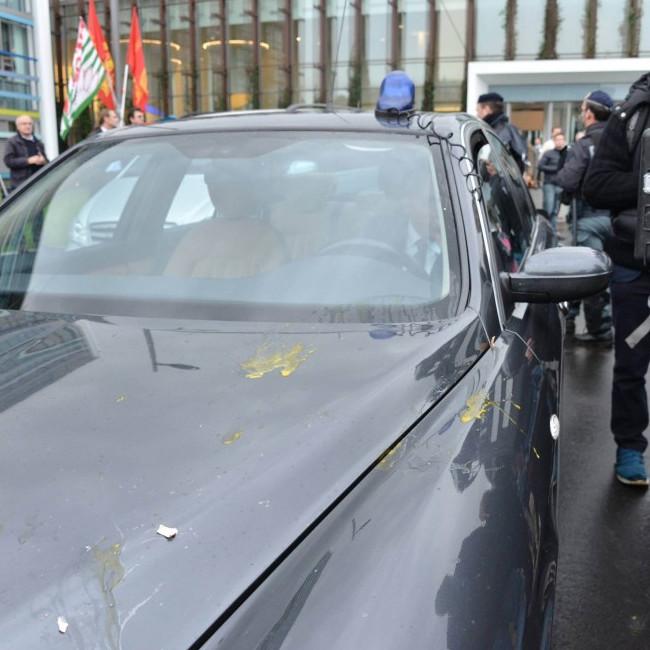 Proteste all'Alcatel di Vimercate, uova contro auto di Renzi