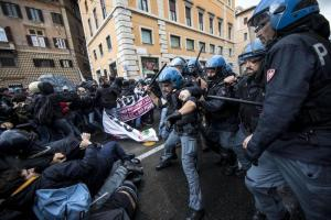 ++ Jobs Act:manifestanti caricati a corteo in centro Roma ++