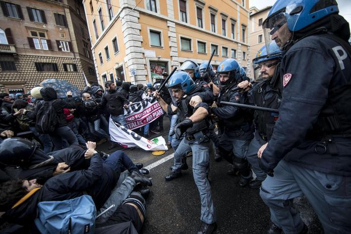 Il Jobs Act è legge tra le proteste