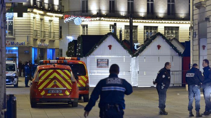 'Dio è grande', poi si schianta tra la folla. Terrore a Nantes