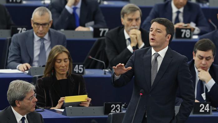 Renzi contestato a Strasburgo dalla Lega e dal M5S. Salvini: «Nessuno gli crede più»