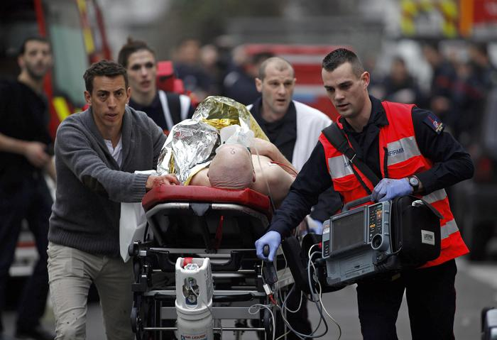 """Francia: massacro nella sede del giornale satirico """"Charlie Hebdo"""""""