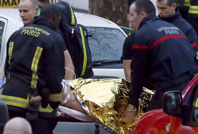 Francia senza tregua. Un uomo estrae il mitra colpendo due agenti municipali, la donna è morta