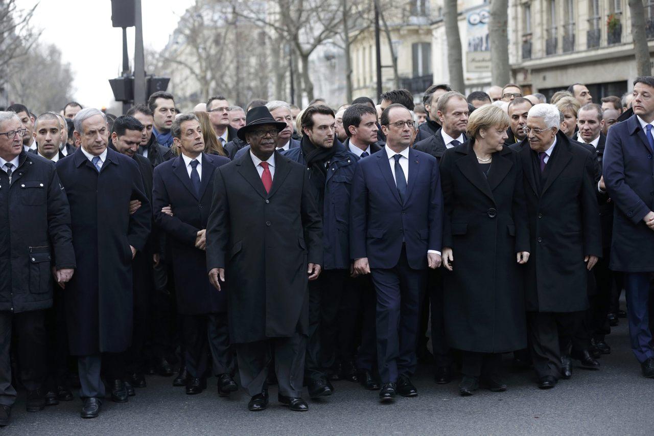Parigi è la «capitale del mondo» per dire no al terrorismo. Anonymous lancia l'hashtag #OpCharlieHebdo