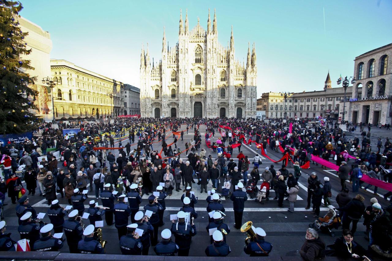 Successo per l'Epifania. In piazza Duomo la calza più lunga del mondo
