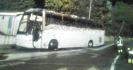 Nuoro: attentato incendiario contro un pullman turistico