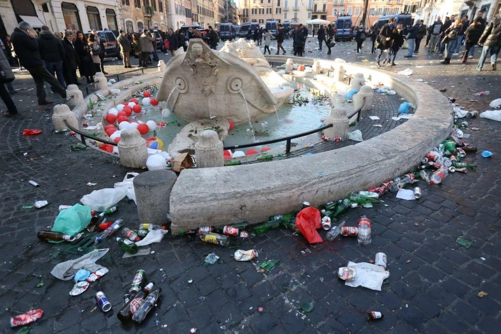 Scontri e danneggiamenti nella capitale, la guerrilla degli hooligan del Feyenoord