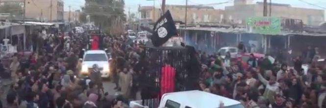 ISIS, nuova parata di propaganda con prigionieri in gabbia