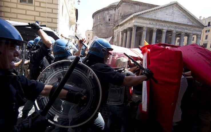 Scontri nella capitale tra polizia e movimenti 'anti-Salvini'