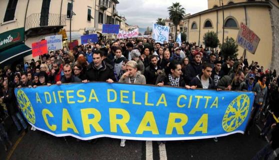 Carrara Assemblea Permanente in consiglio comunale: 'siete incapaci di reagire alle pressioni dei poteri forti'