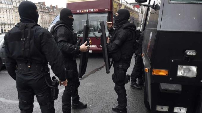 Ancora paura in Francia: uomini incappucciati e colpi di Kalashnikov a Marsiglia