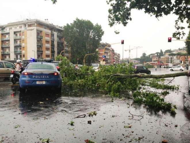 Maltempo: Toscana e Marche contano i danni, ancora neve e vento al Sud. In fiamme gasdotto in Abruzzo