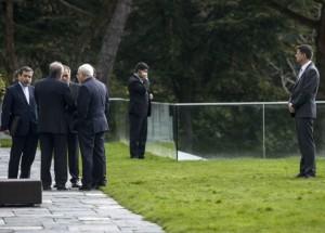 Il primo ministro iraniano Javad Zarif domenica mattina  nel giardino dell' hotel. Foto: Keystone