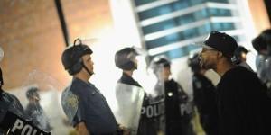 Face to face tra un poliziotto e un manifestante afroamericano