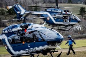 Elicotteri della gendarmeria francese trasportano gli investigatori e I medici legali sul luogo dell'incidente (AFP / JEFF PACHOUD)