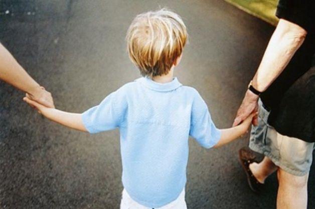 No adozione dei minori in affido per single, coppie di fatto e sposati da meno di tre anni. A rischio divorzio immediato