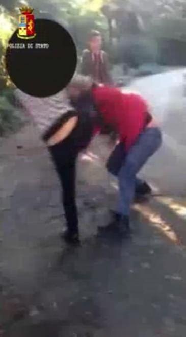 Aggressione e cyberbullismo a Genova: dodicenne picchiata e ripresa
