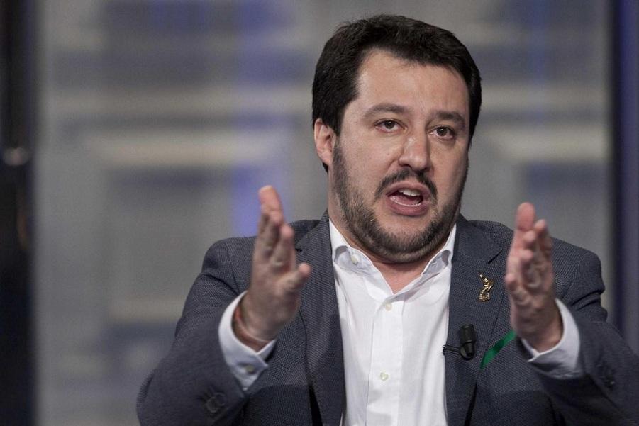Salvini rilancia l'antieuropeismo e attacca il premier: «Renzi servo sciocco di Bruxelles»