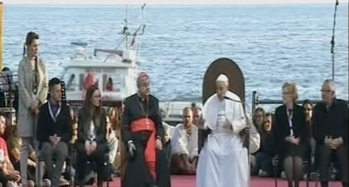 100 mila persone salutano il Papa sul lungomare di via Caracciolo