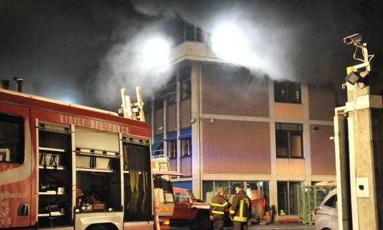 Torino, a fuoco fabbrica componenti elettronici: nube di fumo visibile a grande distanza