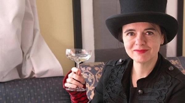 Amélie Nothomb e un bicchiere di champagne