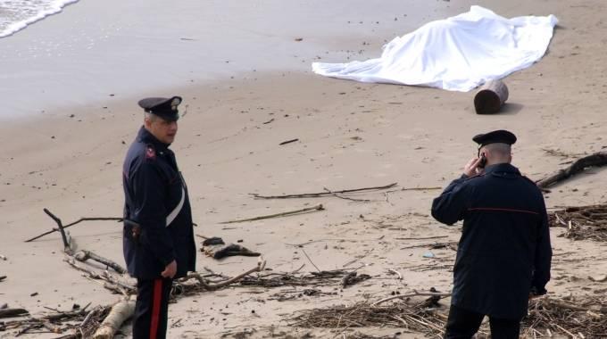 Ritrovato cadavere sul litorale pescarese, indaga la polizia