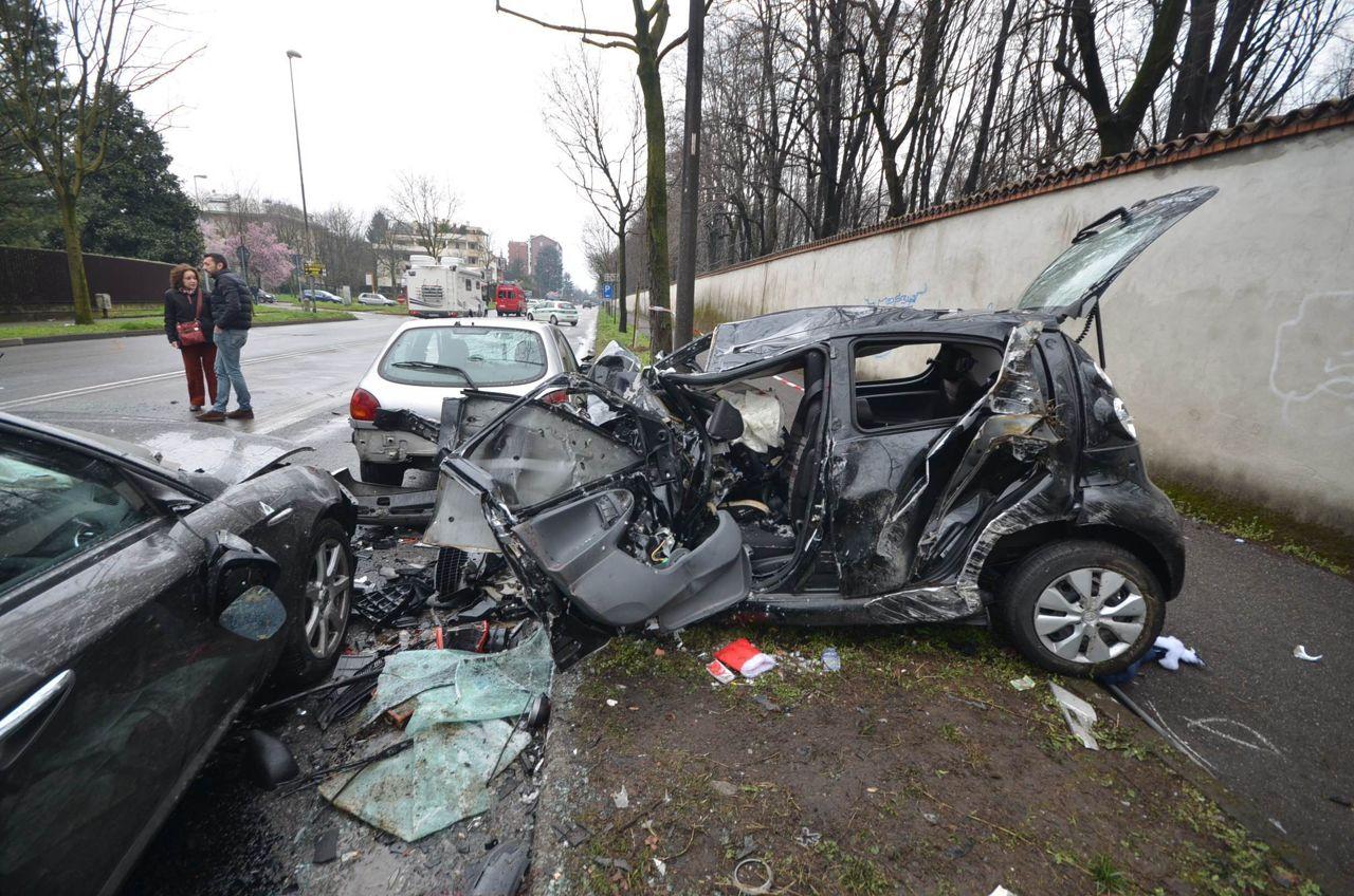 Auto pirata travolge diverse vetture e uccide un 15enne. Fuggito il conducente