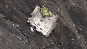 Resti dell'Airbus A320 della Germanwings nella zona dell'impatto
