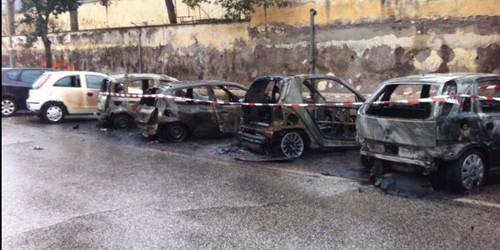 Montagnola, fuoco e fiamme per 8 automobili