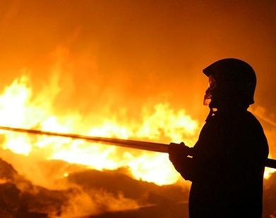 Grosso incendio nel padovano, in fiamme tonnellate di rifiuti