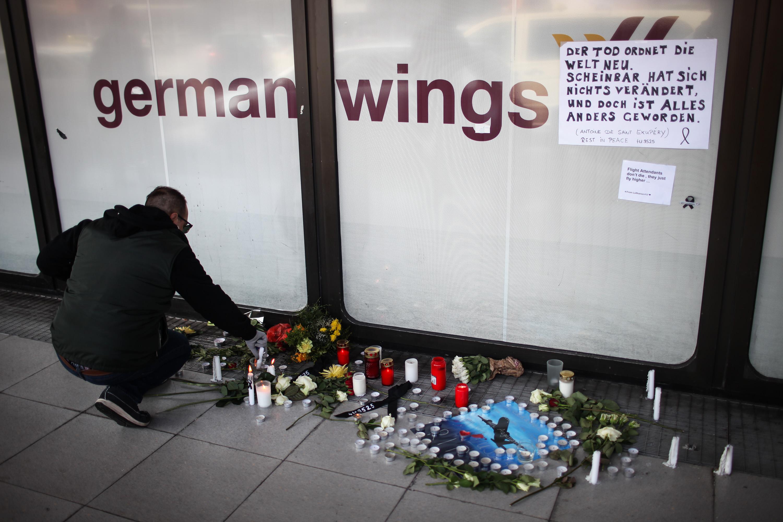 Schianto della Germanwings: la compagnia ammette che Lubitz informò la scuola di volo dei suoi problemi, intanto, spuntano le teorie dei complottisti sull'incidente