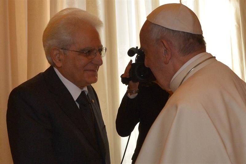 Mattarella arriva in Vaticano, primo incontro ufficiale tra il neo presidente e il Papa