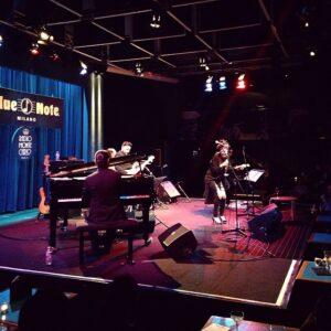 Amara al Blue Note, foto dal profilo ufficiale Facebook del locale.