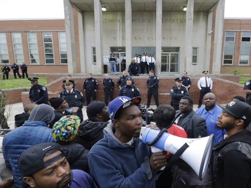 Baltimora, scontri tra manifestanti e polizia dopo l'uccisione dell'afroamericano Gray
