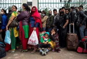 Famiglie in fila per l'autobus che porta fuori città a Katmandu Foto: Reuters