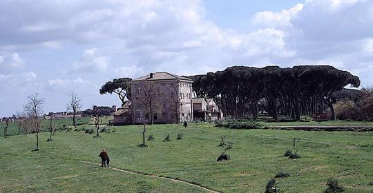 Giallo in Pineta Sacchetti, noto truccatore trovato morto nell'alcova dei trans