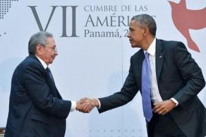 Barack Obama e Raul Castro al meeting di Panama che segna il disgelo storico tra le parti