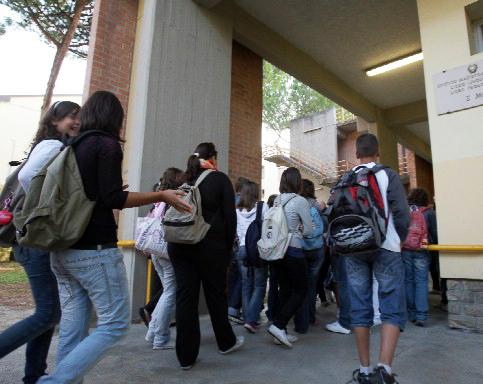 La scuola sospende 14 alunni per bullismo, protestano i genitori