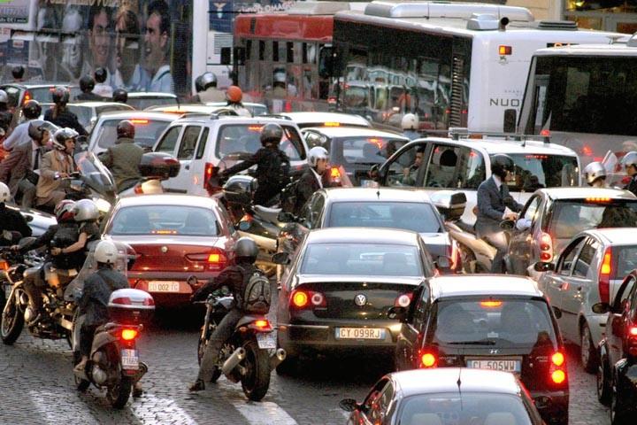 Roma, la Capitale del traffico: per i romani quattro giorni di coda ogni anno