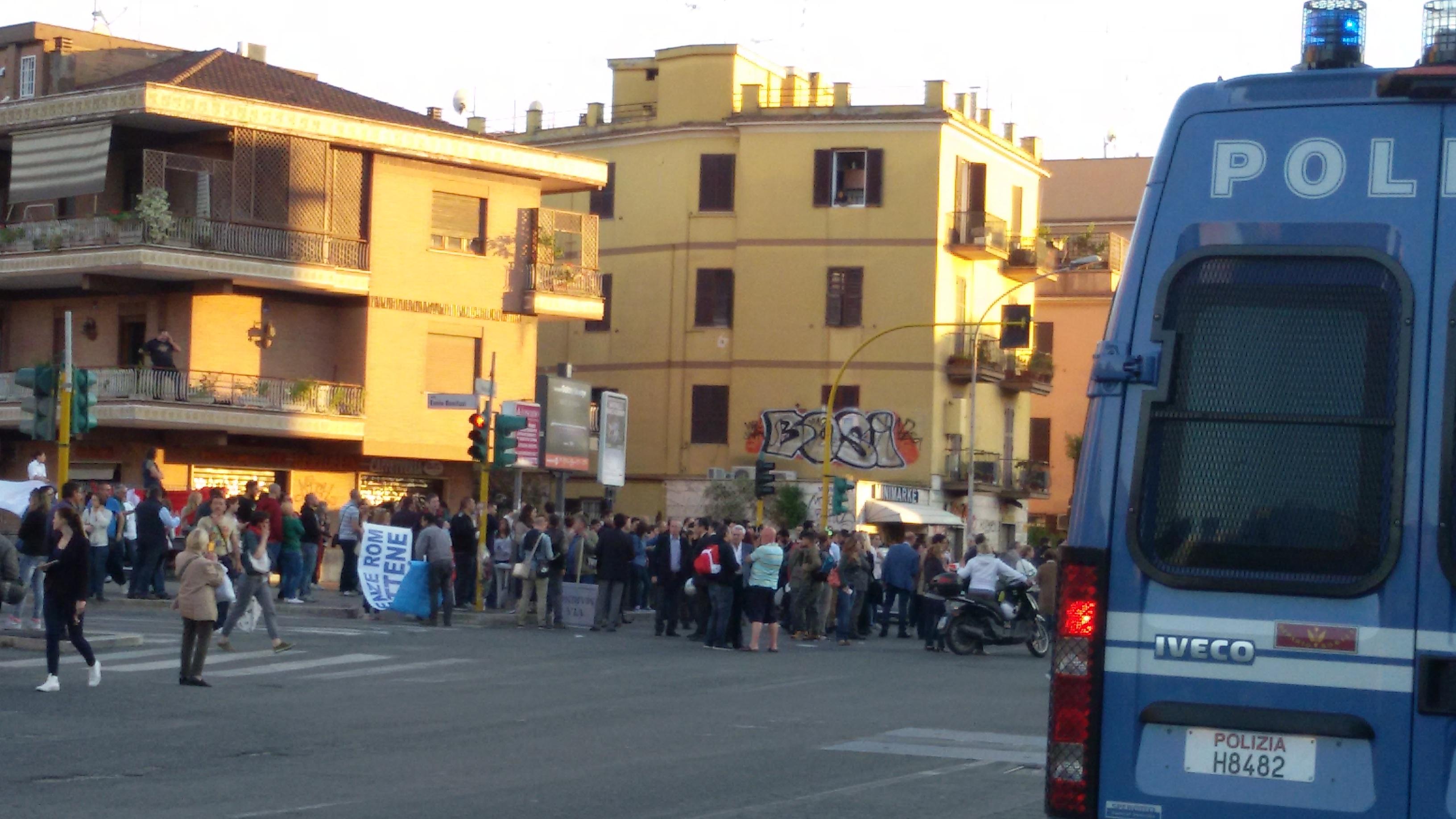 Sit- in davanti la metro di Battistini contro Rom, Salvini e Marino
