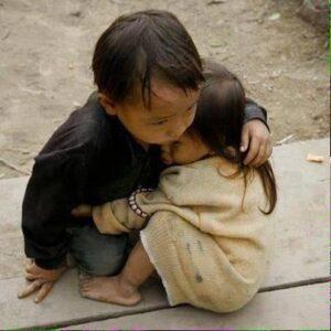 Una delle foto simbolo della tragedia; due bambini si abbracciano cercando di confortasi Foto: Reuters