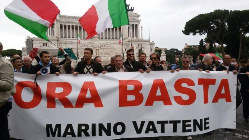 'Marino vattene': protesta sindacale a Roma contro le politiche del Campidoglio
