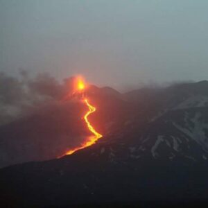 Etna: eruzione acquista vigore, colata scende a 1.800 metri quota