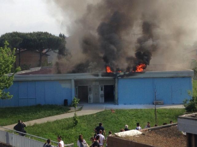 Scuola in fiamme durante le lezioni, evacuati mille alunni